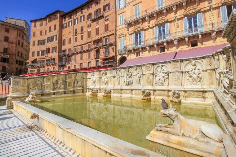 Фонте Гайя в Палаццо Публико